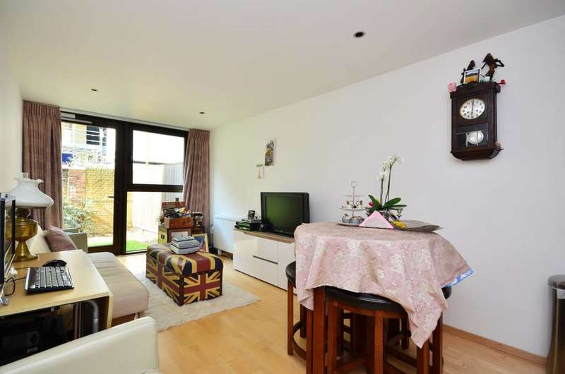 2 Bedrooms Flat for sale in Petergate, Clapham Junction, SW11