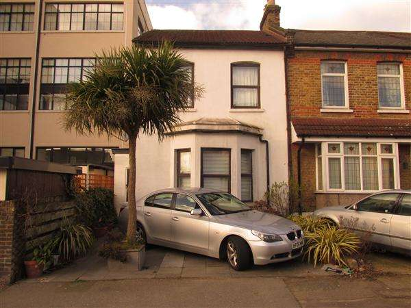 3 Bedrooms End Of Terrace House for sale in Carnarvon Road, South Woodford, London
