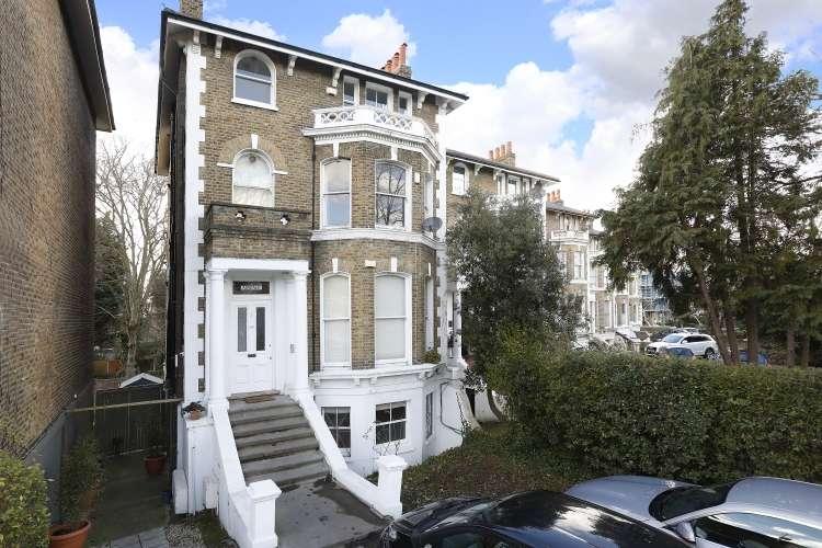 2 Bedrooms Flat for sale in Burnt Ash Road London SE12