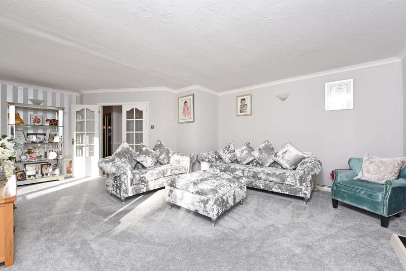 3 Bedrooms Bungalow for sale in Nine Mile Ride, Finchampstead, Wokingham, RG40