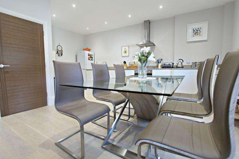 2 Bedrooms Maisonette Flat for sale in Croydon Road, Caterham