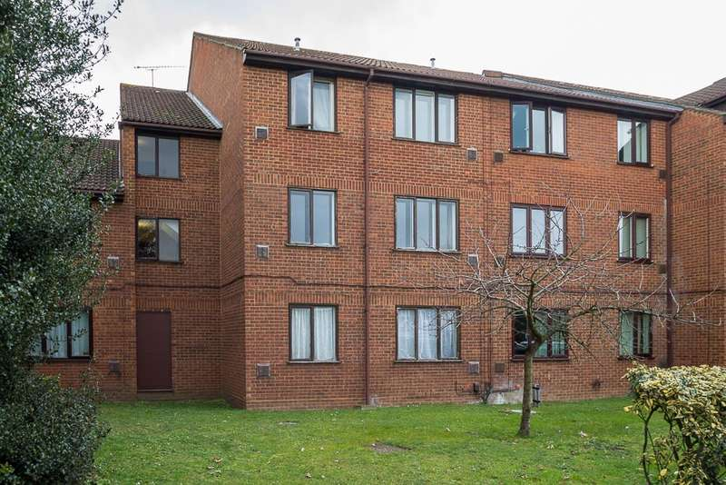 1 Bedroom Flat for sale in The Lawns, Old Bath Road, Colnbrook, SL3