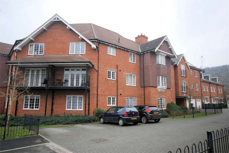 2 Bedrooms Flat for sale in Wroughton Road, Wendover, Buckinghamshire