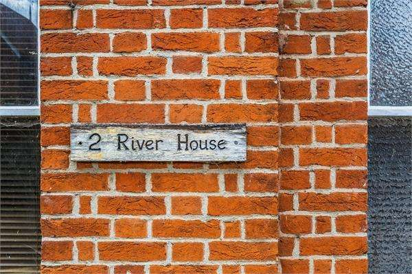 3 Bedrooms Flat for sale in River House, 30 Manor Road, WALTON-ON-THAMES, Surrey