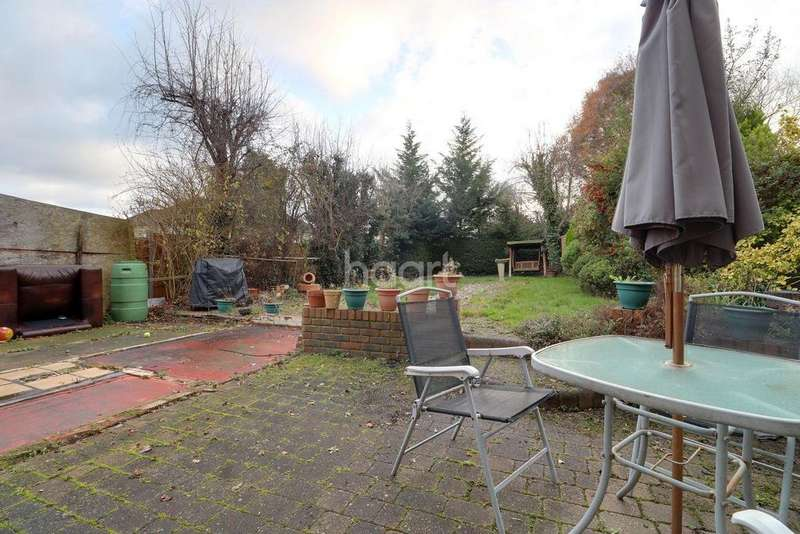 3 Bedrooms Semi Detached House for sale in Dunmow Close, Loughton, IG10