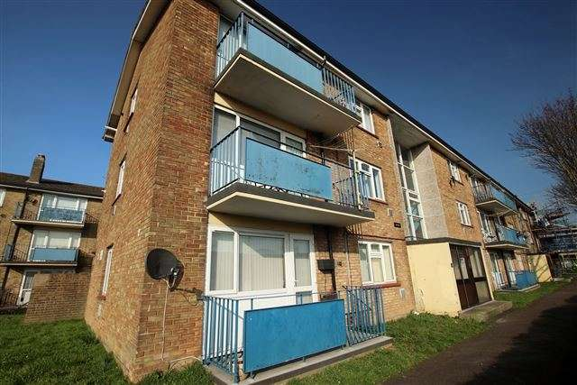 2 Bedrooms Ground Flat for sale in Rochford Road, Wymering, Portsmouth, Hampshire, PO6 3QL