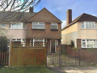 3 Bedrooms Semi Detached House for sale in Clayton Road, Chessington, Surrey