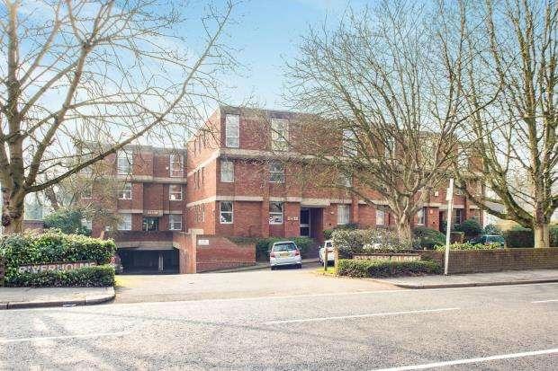 2 Bedrooms Flat for sale in Hampton Court Road, East Molesey, Surrey