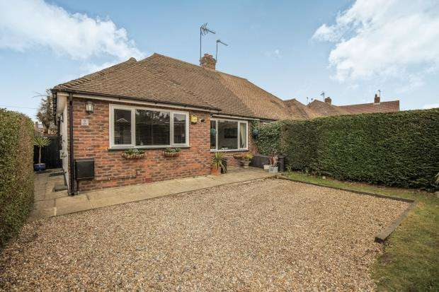 3 Bedrooms Bungalow for sale in Byfleet, Surrey
