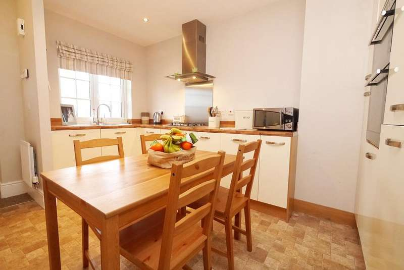 3 Bedrooms Town House for sale in 25 Copse Place, Steeton
