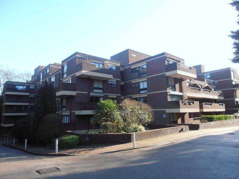 2 Bedrooms Flat for rent in Pitt Place, Epsom