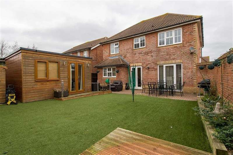 4 Bedrooms Detached House for sale in Grenadier Close, Rainham