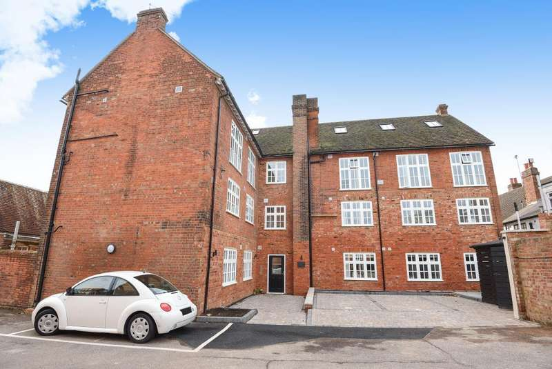 2 Bedrooms Flat for sale in Aylesbury Old Town, Aylesbury, HP20