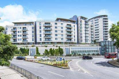 2 Bedrooms Flat for sale in Mercury Gardens, Romford, Havering