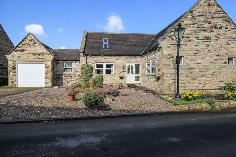 4 Bedrooms Detached House for sale in Woolley Park Gardens, Wakefield, West Yorkshire, WF4