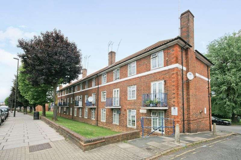 3 Bedrooms Property for sale in Sheaveshill Court, Colindale