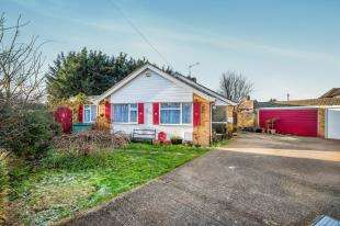 2 Bedrooms Bungalow for sale in Trewenna Drive, Chessington, Surrey, England
