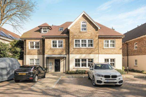 2 Bedrooms Flat for sale in Sheerwater Road, Woodham, Surrey