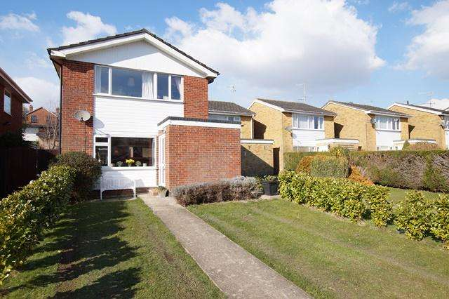 3 Bedrooms Detached House for sale in Hambledon Close, Blandford Forum