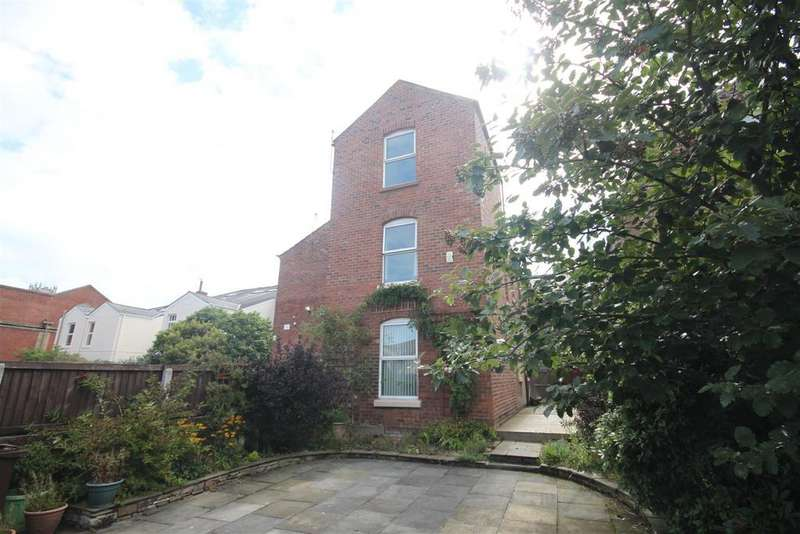 2 Bedrooms Terraced House for sale in Castle Street, Southport