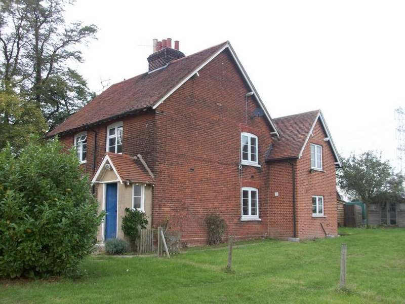 3 Bedrooms Cottage House for rent in Lodge Cottages, Tawney Lane, Stapleford Tawney, RM4