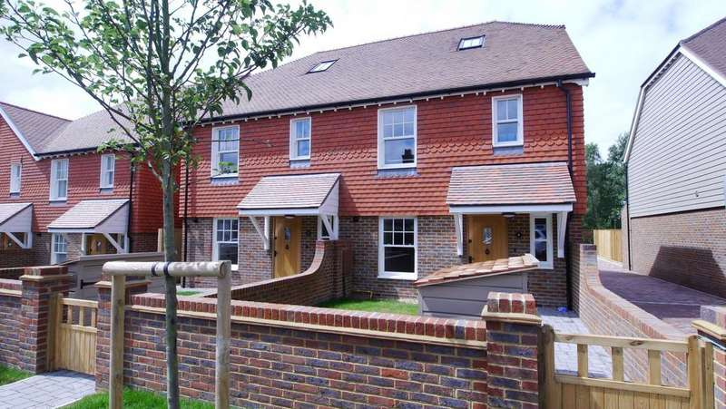 4 Bedrooms Semi Detached House for rent in St Georges Cottages, Brighton Road, Handcross, RH17