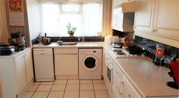 3 Bedrooms Flat for sale in Bargrove Close, London