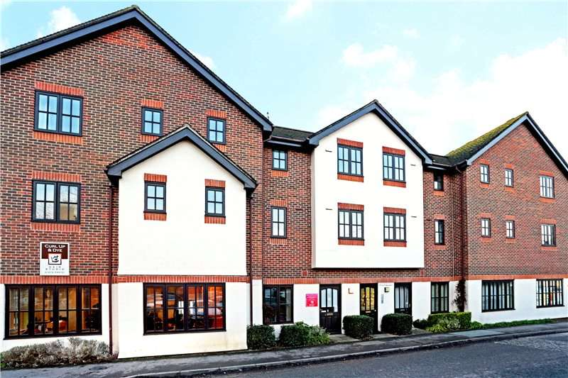 2 Bedrooms Flat for sale in Old Ford Court, High Street, Pewsey, Wiltshire, SN9