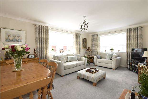 2 Bedrooms Flat for sale in BEXHILL-ON-SEA, East Sussex, TN40 2NR