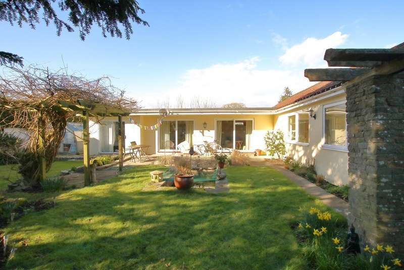 3 Bedrooms Detached Bungalow for sale in Old Christchurch Road, Everton, Lymington, Hampshire
