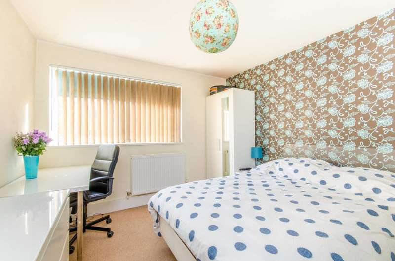 2 Bedrooms Flat for rent in Conistone Way, Islington, N7