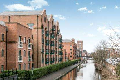 3 Bedrooms Flat for sale in Wharton Court, Hoole Lane, Chester, Cheshire, CH2
