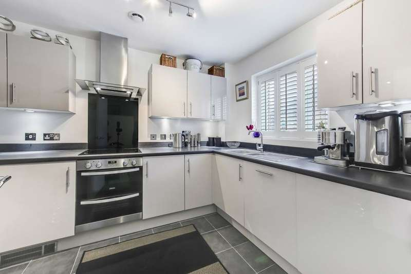 3 Bedrooms Town House for sale in Walden Avenue, Rainham RM13