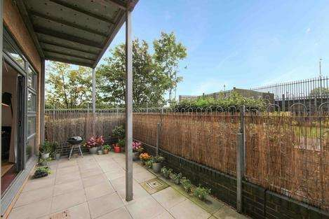 2 Bedrooms Flat for sale in Maltings Close, London E3