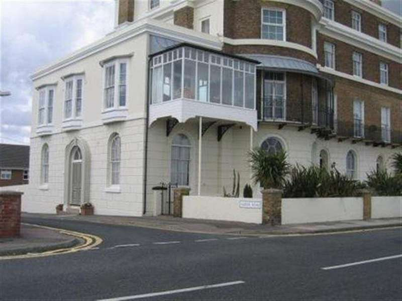 2 Bedrooms Flat for rent in The Marina Deal