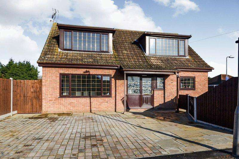 5 Bedrooms Detached Bungalow for sale in Bockings Grove, Clacton-On-Sea