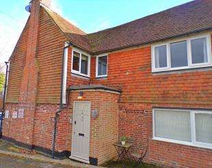 2 Bedrooms Maisonette Flat for sale in Hale Street, East Peckham, Tonbridge, Kent