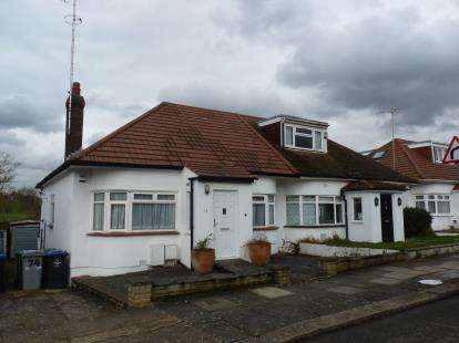 2 Bedrooms Bungalow for sale in Kinloch Drive, London