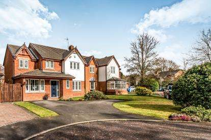 4 Bedrooms Detached House for sale in Chichester Close, Sale, Manchester