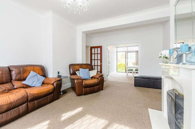 3 Bedrooms House for sale in Canberra Road, Charlton, SE7