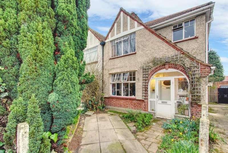 3 Bedrooms Semi Detached House for sale in Meadow Waye, Heston TW5
