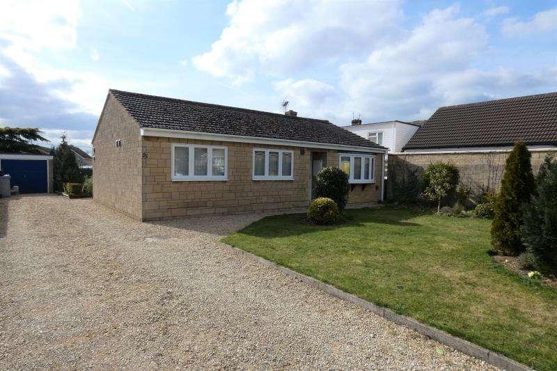 3 Bedrooms Detached Bungalow for sale in Larksfield Close, Carterton, Oxon