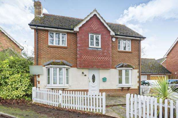 3 Bedrooms Detached House for sale in Farnham, Surrey, Bardsley Drive