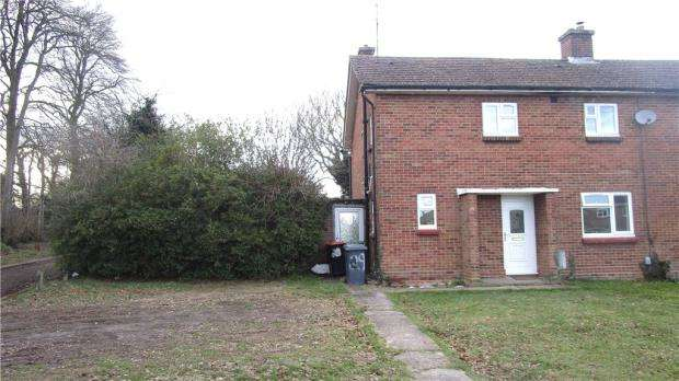 3 Bedrooms Semi Detached House for sale in Spinney Crescent, Dunstable