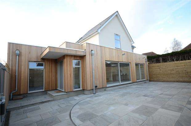 3 Bedrooms Detached House for sale in The Street, Hurst, Reading