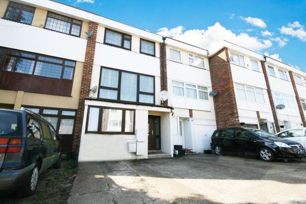 4 Bedrooms Town House for rent in Robinia Close, Ilford, IG6