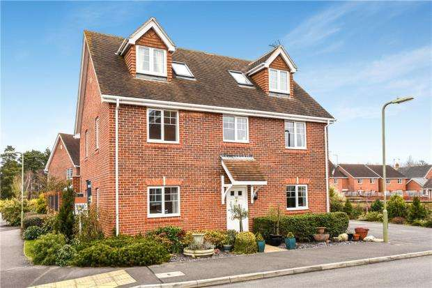 5 Bedrooms Detached House for sale in Ravelin Close, Elvetham Heath, Fleet