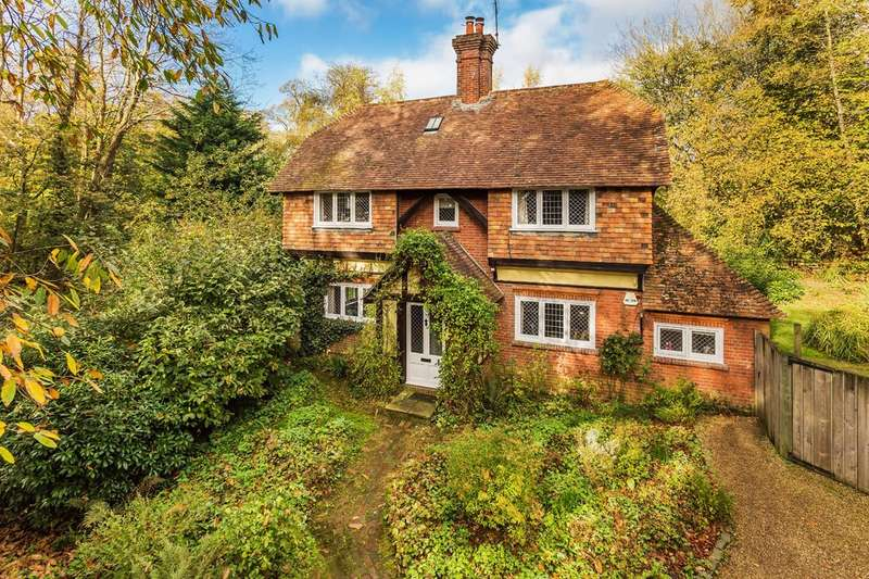 4 Bedrooms Detached House for sale in Sandy Lane, Oxted.
