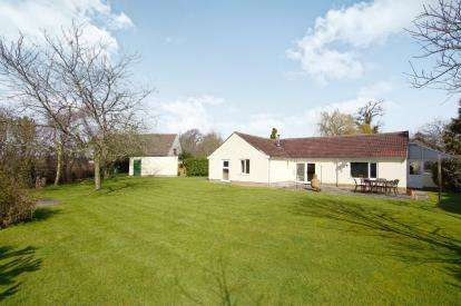 4 Bedrooms Bungalow for sale in Church Road, Rockhampton, Berkeley, Gloucestershire