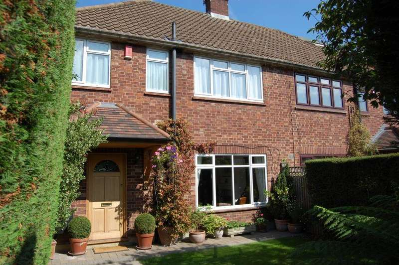 3 Bedrooms Semi Detached House for sale in Palmerston Road, Buckhurst Hill, IG9